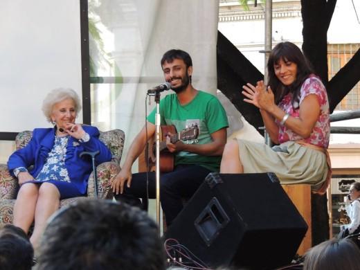 Camila Sosa Villada y Lucas Heredia junto a Estela de Carlotto